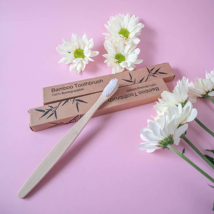 Bambusowa szczoteczka do zębów z białym włosiem